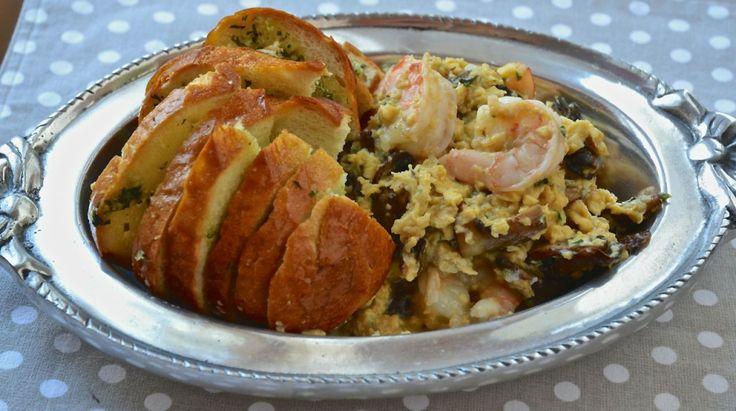 Huevos revueltos con pan de ajo
