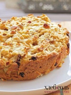 Выложите тесто на смазанную растительным маслом форму для выпекания и накройте бумагой для выпечки. Отправьте пирог в духовку на полчаса. Затем снимите бумагу и выпекайте еще полчаса.