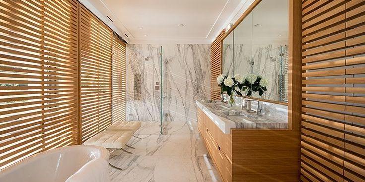 Añade persianas de bambú a las ventanas para conseguir un ambiente de serenidad tropical.  Diseñado por Blaze Makoid Architecture