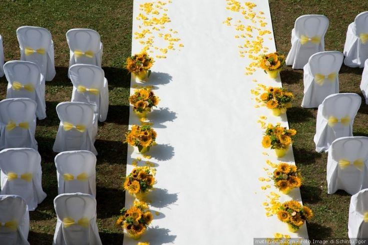 Decorazioni di nozze con girasoli per cerimonia all'aperto per un matrimonio di color giallo