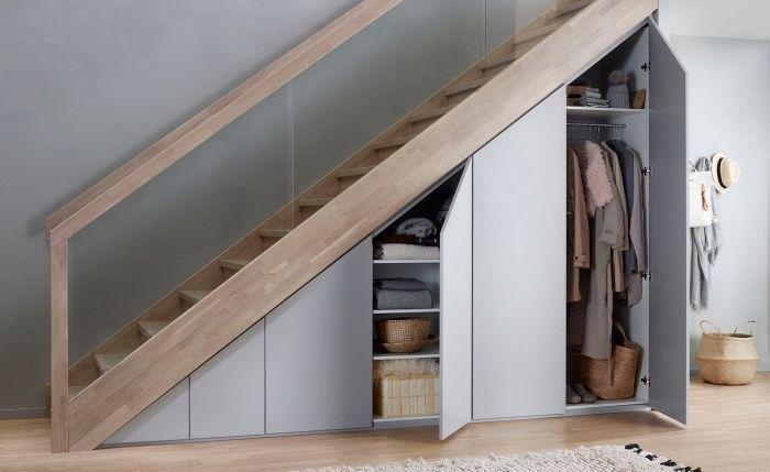 Meuble Chaussure Sous Escalier Avec Portes Automatiques Sans Poignees Deco Aux Murs Gris Et Bois En 2020 Placard Sous Escalier Meuble Sous Escalier Sous Escalier
