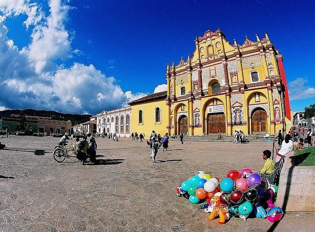 """Esta ciudad es considerada la capital cultural del estado de Chiapas, debido a sus abundantes expresiones multiculturales y a la gran cantidad de personas de distintas nacionalidades y profesiones que aquí viven. Es un """"pueblo mágico"""", lleno de arte, casas pintorescas, pequeñas calles empedradas, galerías, artesanías y recintos ilustrados por doquier.    Este destino, ubicado en el centro del estado, colinda con otros sitios de gran relevancia cultural."""