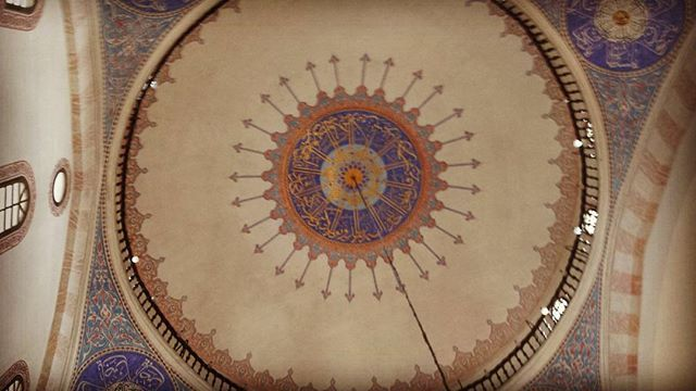 Inside the mosque #sarajevo #latergram #bosnia #bosniaiherzegovina #bih #balkan #roadtrip #mosque #art #visitsarajevo #vadodanonna #viaggiarecongliocchiali #solotravel #backpacking #travelgram