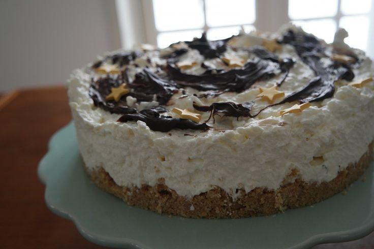 Den lækreste bounty cheesecake - let og simpel at lave. Ingen husblas og ingen bagning. Smager som bounty bar med lækker kokos og chokolade