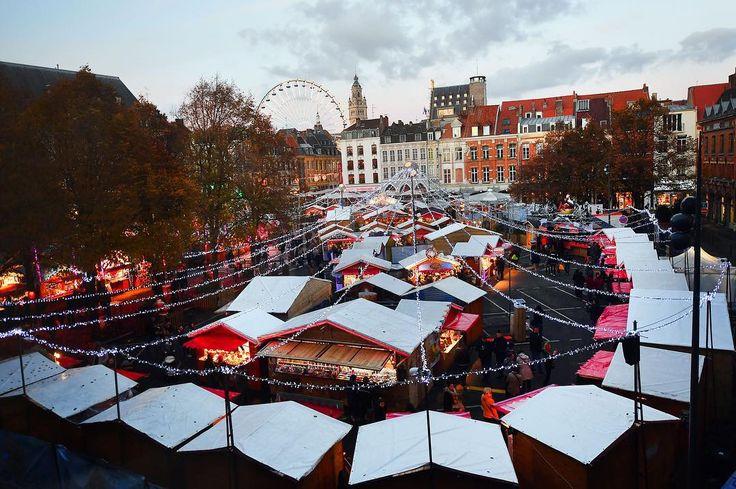 A Lille le marché de Noël a pris ses quartiers place Rihour depuis vendredi.  Et bonnes nouvelles : il a grandi de 1000m accueille plus de chalets et le père Noël y est présent tous les jours ! Photo Philippe Pauchet #lavoixdunord #lille #marchédenoël #noëlàlille #nord #nordpasdecalais #haustdefrance