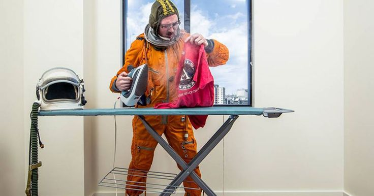 El fotógrafo Tim Dodd, consiguió un traje de astronauta ruso en una venta de garage, en cuanto lo vió se enamoró de él y quiso tenerlo, solo había un problema, el nunca podría usarlo para lo que verdaderamente fué diseñado. Sin ambargo Tim quiso poder hacer algo con él. Fué asi que decidió darle vida a través de sus fotografías, tratando de hacer lo que un astronauta haría en su vida diaria soñando con ser astronauta.