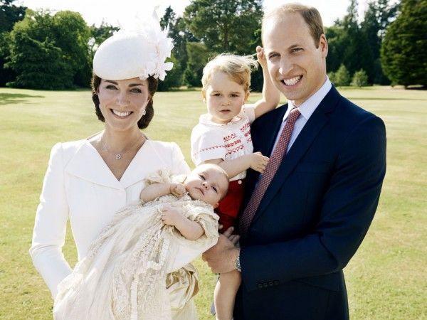 El momento que estábamos esperando por fin llegó. El palacio de Kensington publicó las primeras fotos del bautizo de la princesa Charlotte... ¡Y no podrían