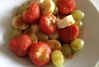 Salată de fructe cu sos de caramel     Un bol de fructe stropite cu sos caramel. V-am atașat și un tabel cu combinația recomadată a alimentelor. În josul paginii sunt grupele de fructe și combinația ideală între ele. Încerc pe cât posibil să țin cont de această regulă însă mai fac și excepții atâta timp cât digestia îmi permite.    Ingrediente:  un bol de fructe (2-3 soiuri în special afine zmeură căpșuni struguri și banane)    Sos caramel:  2 linguri de miere  o linguriță de mesquite…