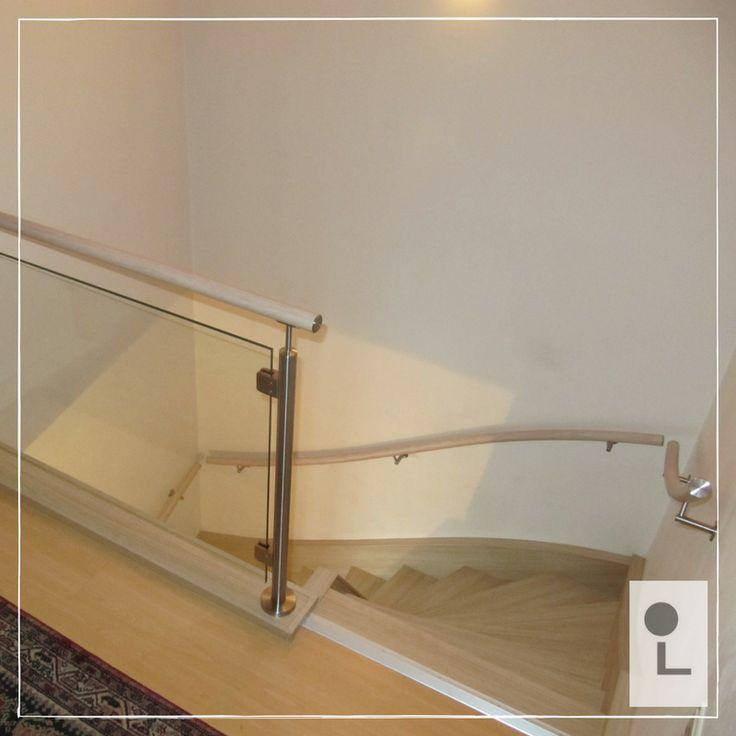 Lumiwood balustrade met glas op de overloop en trapleuningen, kleur licht eiken. #lumigrip #maatwerk #traprenovatie