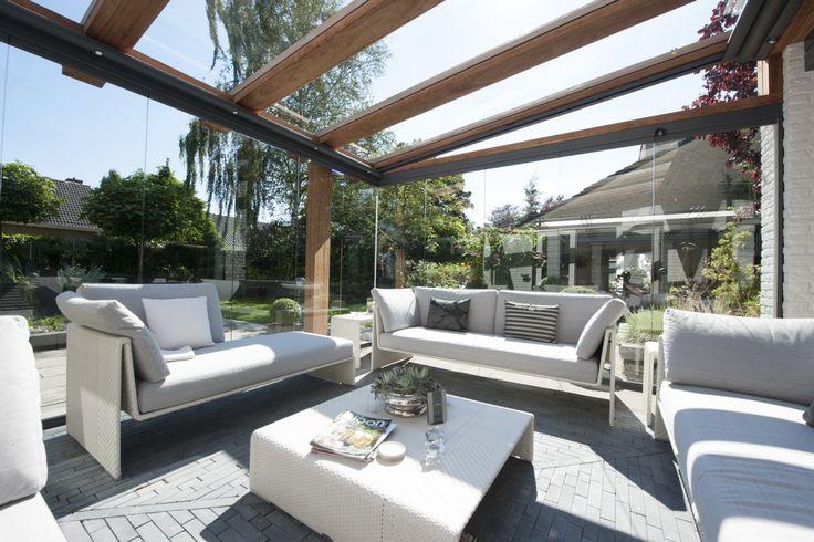 Houten terrasoverkapping met glas en zonwerend doek - Jumbo