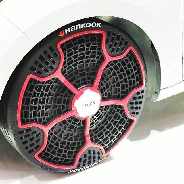 Estás llantas tienen un diseño muy particular y es que en realidad estás llantas no necesitan aire para su uso, están echas para trabajar sin aire gracias a su estructura, resisten un par de toneladas y nunca jamás se te van a ponchar, ¿Que opinas? ¿Las comprarías?. #wheel #autos #supercars #musclecar #Ingeniería #innovacion #diseño http://unirazzi.com/ipost/1511932376161318243/?code=BT7dnxNgfVj