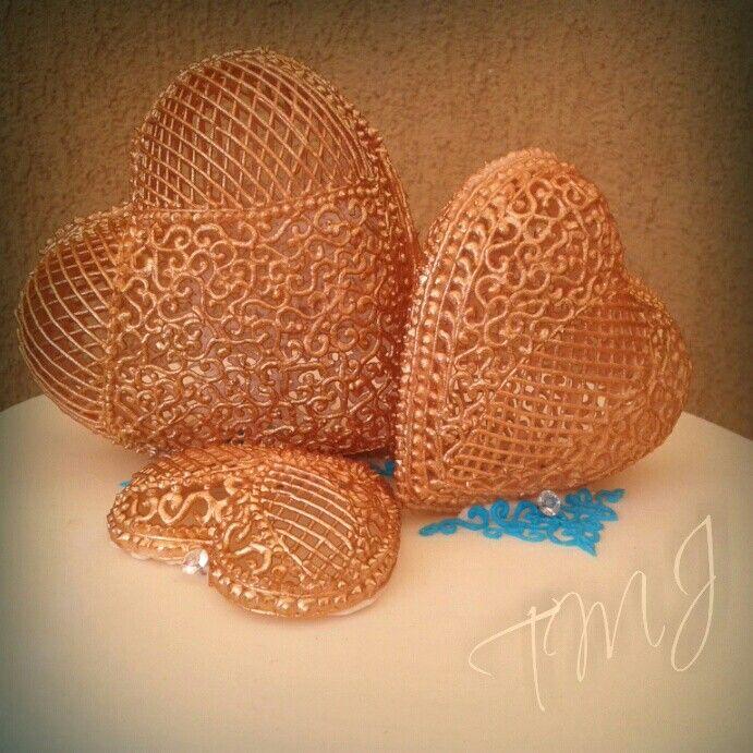 Barna glazúr csipke szivek./Brown lace frosting hearts.