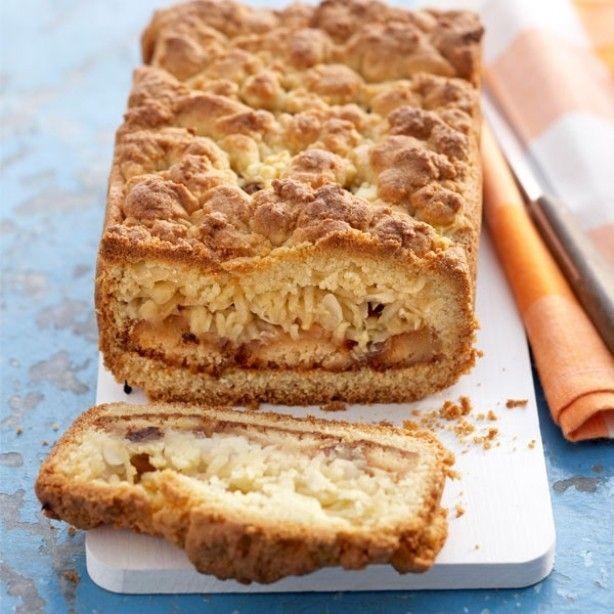 Cake met appel en bitterkoekjes bak een cake volgens gebruiksaanwijzing. Als je het bakblik vult leg er dan eerst een laagje bitterkoekjes b.v.  gedrenkt in amaretto in en daarop dunnen appel schijfjes. Zorg dat de koekjes en appels de zijdes van de cake niet raken