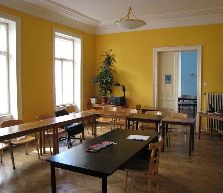 Ein Beispiel für einen Kursraum in unserem Sprachinstitut in 1090 Wien. Wir haben 8 Kursräume in unterschiedlichen Größen (7 - 18 Personen je Kursgruppe).