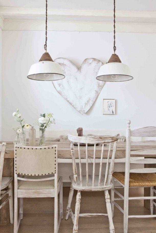 Whitewashed tafel met verschillende stoelen.