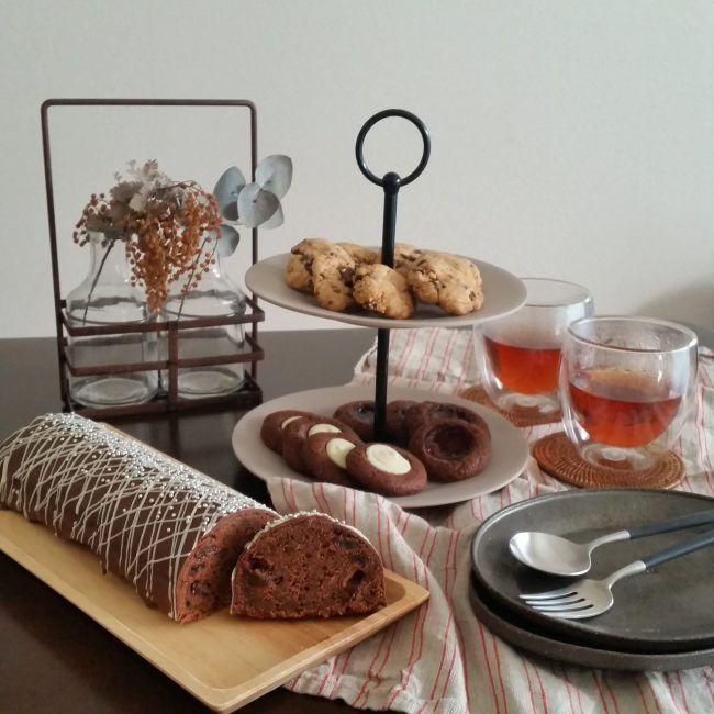 もうすぐバレンタイン。 近づいてくるとわくわくしちゃいます。 毎年何を作ろうかな~と♪ 我が家はチョコレートが特別好きなわけではありませんが 製菓用チョコレートの徳用を買ってきて 寒い日に引きこもって張り切って作りました。 クッキーはなかしましほさんのレシピで。 ・ロシアンチョコクッキー&ジャムクッキー 絞り