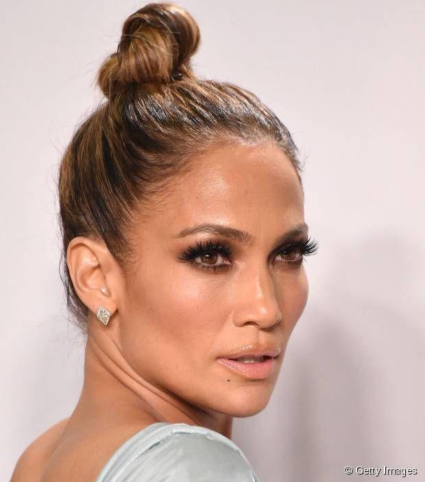 Bellissima Jennifer Lopez nella doppia veste di conduttrice e cantante agli American Music Awards, il 22 novembre 2015, a Los Angeles.