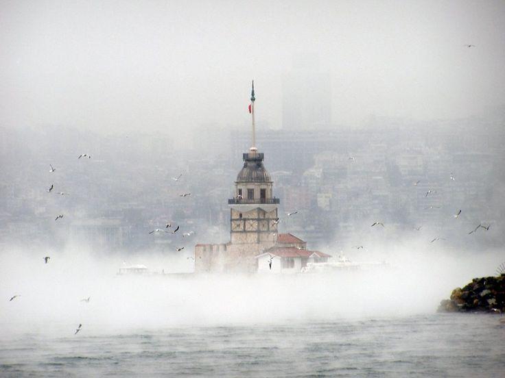 Sisli bir havada Kız Kulesi