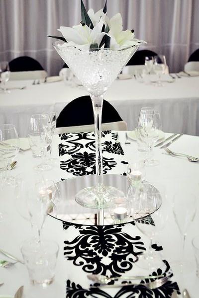 Centro de mesa con copa gigante para una boda de color blanco y negro.