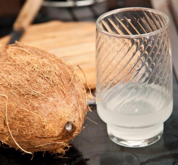 Cómo hacer agua de coco. El agua de coco es muy consumida en los países tropicales en los que se encuentra esta fruta fácilmente, y es que es un líquido exquisito que aporta grandes beneficios para la salud. Además de servir ...
