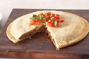 Au lieu de préparer des empanadas individuelles, faites-en une grande pour toute la famille. Vous adorerez les saveurs latines de celle-ci.