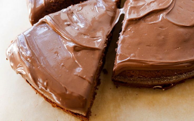 Nutella, eieren en bloem. Meer heb je niet nodig om deze smeuïge chocoladetaart te maken.