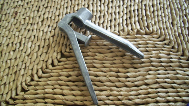 Aluminium Garlic Press 60s Rustic Kitchen Hand Tool Vintage Hinged Bric-a-Brac - GVS team.