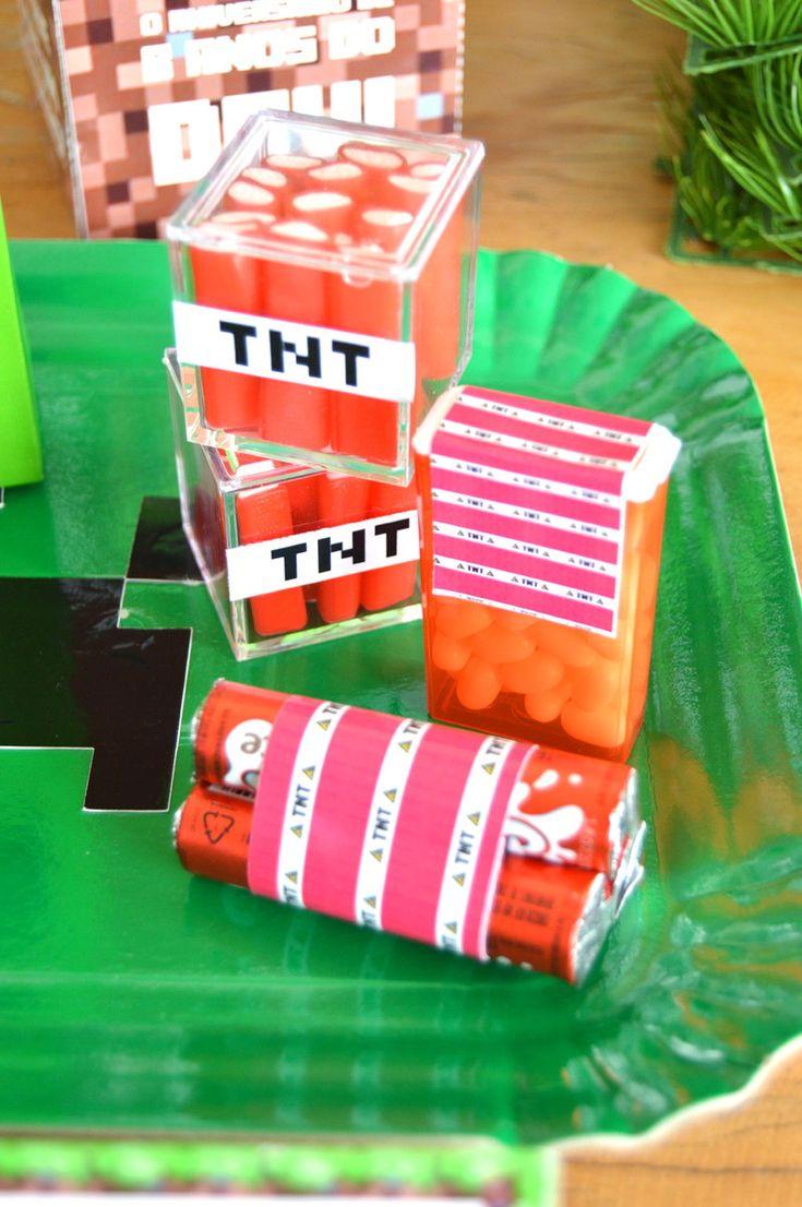 Festa Minecraft  Vendemos os produtos separadamente também!    9 bandeiras retangulares para enfeite de mesa ou usar atrás do bolo  10 mini porta cupcakes  60 tags para doces e/ou mini cupcakes  10 capas para pirulito  10 sacolas para lembrançinha  10 adesivos TNT para chocolate Baton e/ou tic-tc...