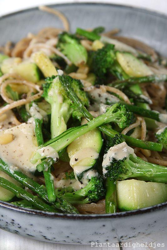 Plantaardigheidjes: Pasta met groene groentes en pijnboompittensaus