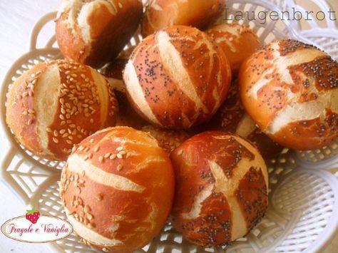 I panini Laugenbrot,tipici dei paesi sassoni,dalla crosticina brunita e lucida ma morbidi all'interno,vengono guarniti con semi di sesamo o papavero.