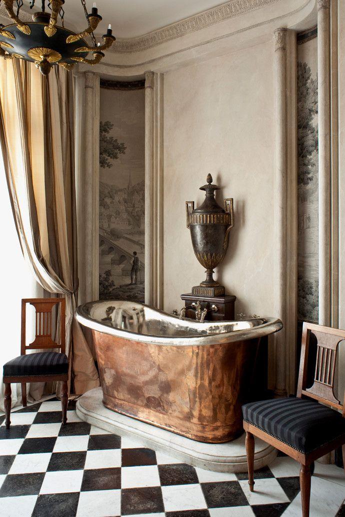 Интерьер с обложки: классическая квартира в Париже   Elle Decoration на Elle.ru #ванная #классическийстиль #ромбы #фреска