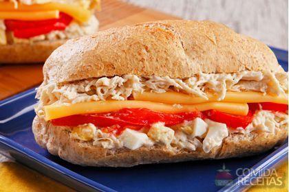 Receita de Sanduíche de frango com vegetais assados em receitas de paes e lanches, veja essa e outras receitas aqui!