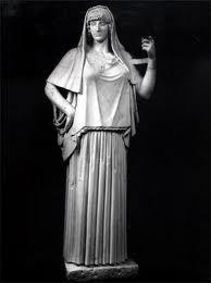 el CHITON o tunica, era una prenda indispensable para los griegos. lo llevaban tanto  los hombres como las mujeres, llegaba hasta la rodilla o el tobillo.  el de las mujeres no se drapea como el de las mujeres adaptban la tela para que ajustara a su cuerpo y aveces ponian pesos ovalados dentro del dobladillo para que quedara mejor el drapeado y se pegara mas a la figura.