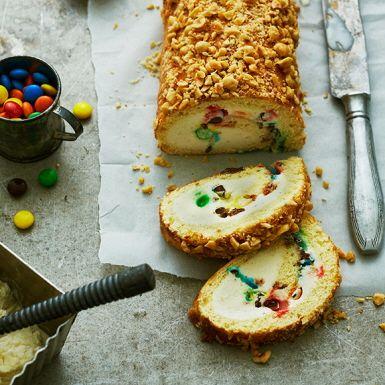 Baka en rulltårta, fyll med glass och godis och lägg i frysen. Perfekt att ha i frysen – redo för oväntade fikabesök eller som färdig kalasdessert. Variera genom att använda olika glassmaker och byt ut godis mot kokos eller nötter. Barnsligt gott för stora och små!