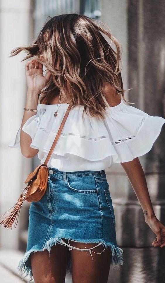 6 cores que são a cara desse verão. Blusa cinganinha branca, saia jeans desfiada, mini bolsa caramelo