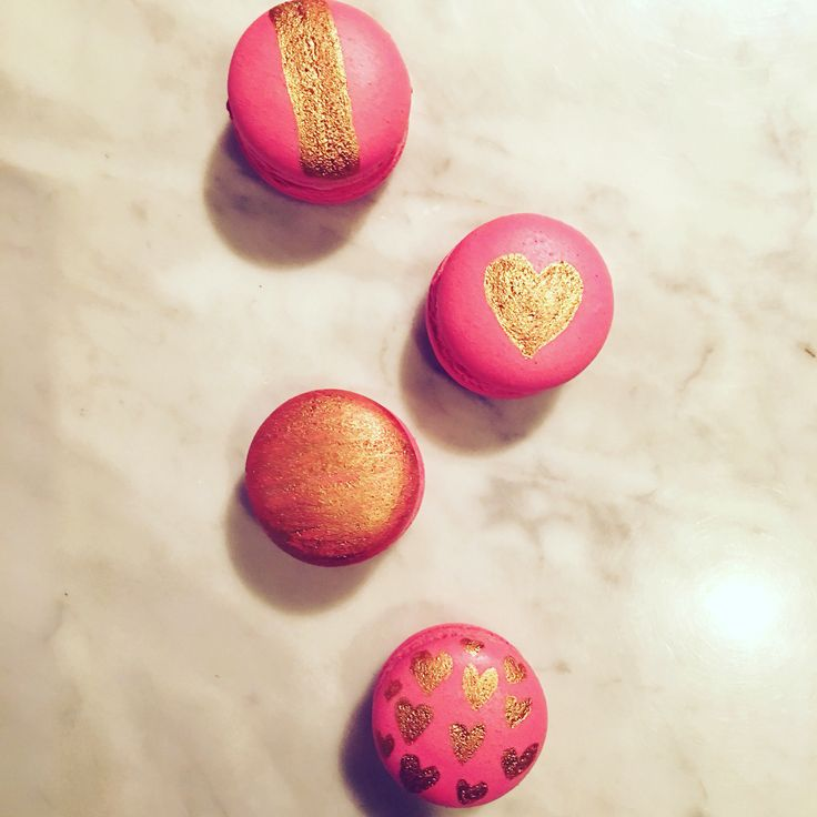 Love macarons in pink & gold colour with hearts 💕💕💕
