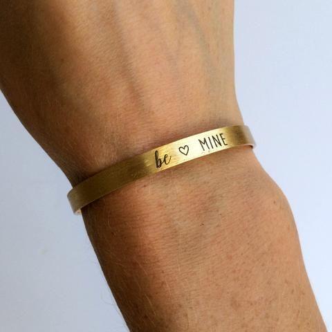 Bracelet jonc doré esprit manchette avec l'inscription Be Mine. Cadeau idéal pour une demande en mariage par exemple.