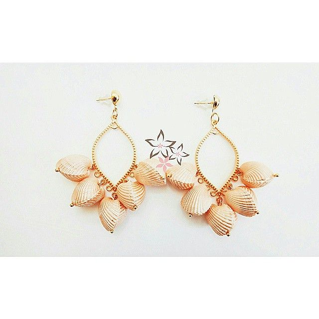 Peach Paradise Shell Earrings  #twininas #twiniñas #jewelrygram #peach #paradise #shell #earrings #seashell #loveit #mousastreet #boho #summer #bohemian #girls #summer #instadaily #instajewelry #dangle #etsy #shop #exotic #gift #ideas #gems #fashion #gold #filled #jewelry #bridal #bridalearrings