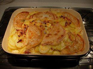 Cuisine-facile.com : Tartiflette : Une version personnelle d'un grand classique de la cuisine Savoyarde.La tartiflette, c'est un mélange de de lardons et d'oignons cuits avec un peu de vin blanc, des pommes de terre et du reblochon posé sur le dessus.Une fois mis au four, le reblochon fond, se dépose sur les pommes de terre et sa croute devient croustillante.Un pur délice !