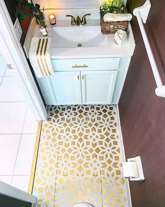 Diy Badezimmerboden Makeover Ideen Fur Ein Budget Mit Einfachen Fliesen Schablonenmuster Mit Bildern Bodenbelag Fur Badezimmer