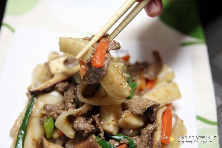 떡볶이하면 빨간 매운 양념이 생각날 정도로 매운 요리인데요. 오늘은 순하게 양념해서 아이부터 어르신까지 다함께 드실 수 있는 궁중떡볶이를 만들어보겠습니다. 궁중 떡볶이는 떡,소고기,채소를 듬뿍 넣어 간장으로 볶은 요리인데요. 고추장 떡볶이처럼 국물에 끓이기보다는 볶음요리라서 조리법은 전혀 다릅니다. 오늘도 간단하고 자세하게 설명해드리겠습니다.  맵지않아 온가족이 맛있게 먹는 '궁중떡볶이 만드는 법' 1...