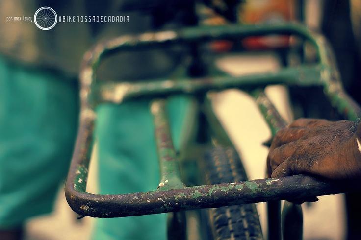 Cores, contrastes, saturação em um mix de tempo, espaço, apego, traquitanas, graxa, tramas e criatividade urbana.  Chegando diretamente pela ciclofaixa recifense, curtam: #bikenossadecadadia   RECIFE BIKE BICICLETA BRASIL #RECIFE #BIKE #BICICLETA #BRASIL