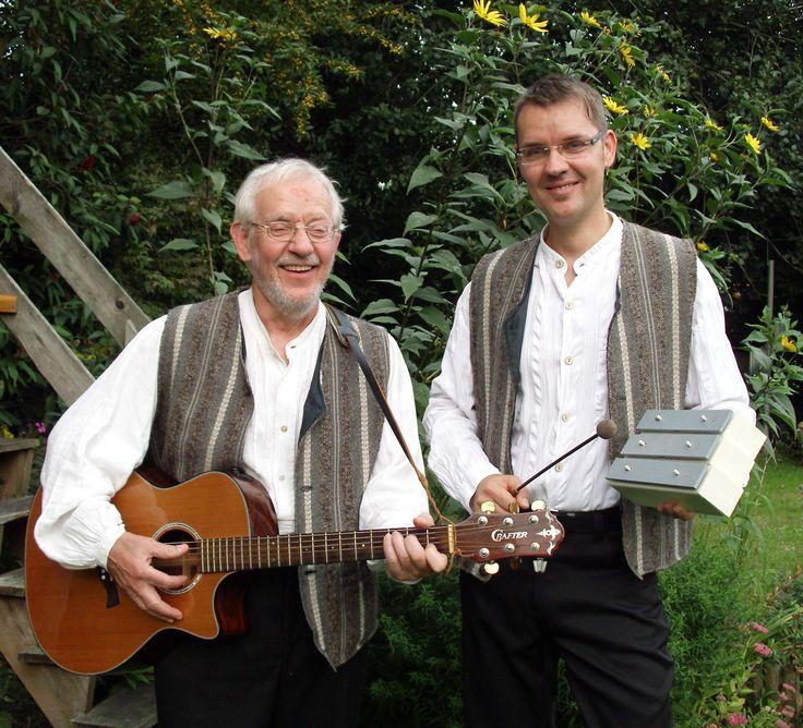 Klaus und Jörg Engling laden ihre Zuhörer zu einer unterhaltsamen und zugleich auch lehrreichen musikalisch-literarischen Reise  auf den Spuren von Hermann Löns ein. Löns, bekannt als Autor, Naturschützer, Heimatfreund und Heideliebhaber  hat eine  Fülle von Liedern, Gedichten und Geschichten hinterlassen, von denen nur ein Bruchteil der breiten Öffentlichkeit bekannt ist.