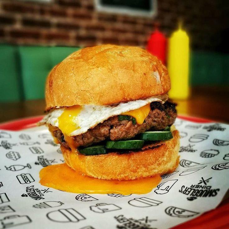 """Дайнъра работи на пълни обороти вече! Ето и новият бургер на седмицата: Sriracha & Cheddar """"Juicy Lucy"""" Burger! Сочно телешко месо с пълнеж от чедър магданоз и сос Sriracha свежи краставички и рохко пържено яйце за разкош! Само тази седмица в Smuggler's Diner или с 20% отстъпка при поръчка през @bgmenu_official"""