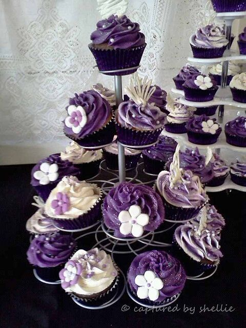 Purple cupcakes..gracious these are gorgeous. Can someone teach me to decorate like this?