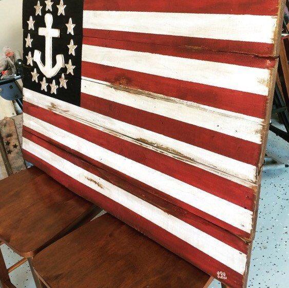 Peinture du drapeau américain en bois de palettes recyclées. Les étoiles et lancrage sont déclenchés bois pour lui donner un effet de dimension 3. Cet