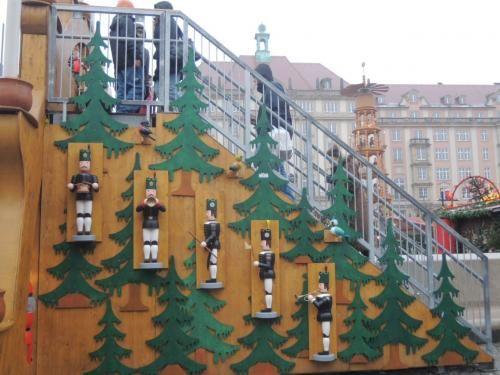 場所は旧市街のAltmarkt(アルトマルクト)。<br />メインゲートは、見晴台になりマルクト全体を見渡せます♪<br /><br />階段横もこのデコレーション。<br /><br />【ドレスデンシュトリーツェルマルクト・Dresden Striezelmarkt】<br />URL:http://www.dresden.de/de/05/02/04-Weihnachten-in-Dresden.php?shortcut=Striezelmarkt<br />youtube:http://youtu.be/mqfAnAEf2v8