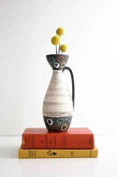 Diese hübsche mittelalterliche Westdeutsche Carstens Tönnieshof Vase ist die beste von  Vintage-Stil! | www.bocadolobo.com | #wohnideen #einrichtungsideen #Schönerwohnen #wohnzimmerideen #desiginspirationen #luxus #teuer #möbel #skandinavisch