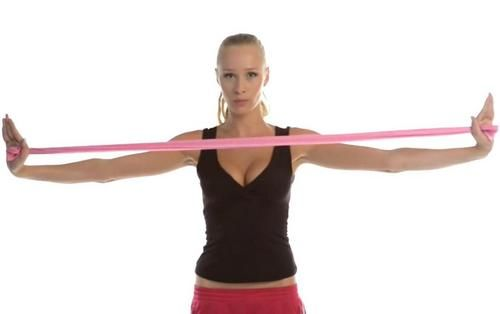 Cvičení pro zpevnění poprsí ovlivňuje především prsní svalstvo a pozitivně působí na pružnost pokožky. Správným cvičením můžete dosáhnout i optického zvětšení až o jednu velikost.