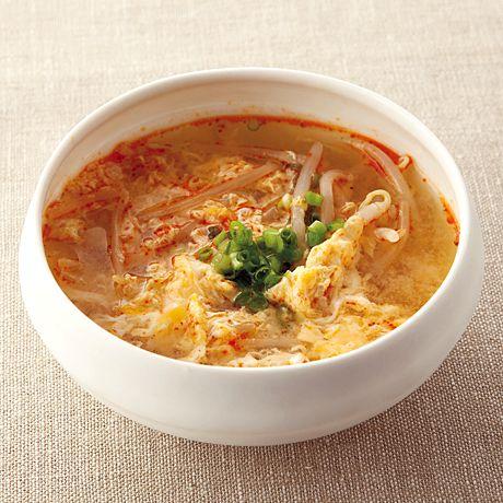 さっぱりと食べられる「もやしのピリ辛かきたま汁」のレシピです。プロの料理家・平井淑子さんによる、もやし、卵、万能ねぎなどを使った、70Kcalの料理レシピです。